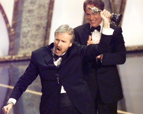Джеймс Кэмерон получает Оскар за фильм Титаник