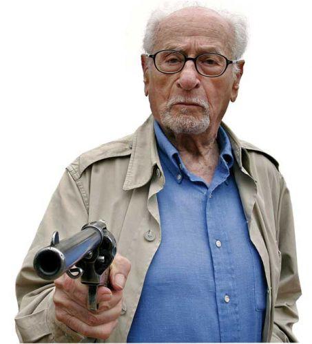 Илай Уоллак с пистолетом