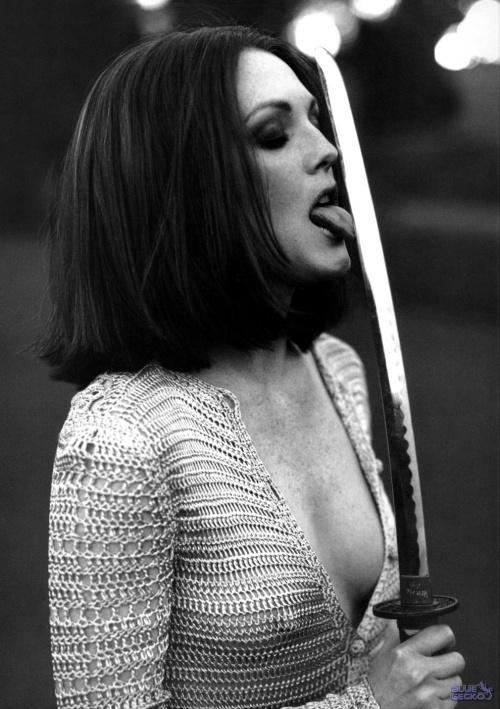Джулианна Мур фото облизывает меч Julianne Moore photos sword tongue