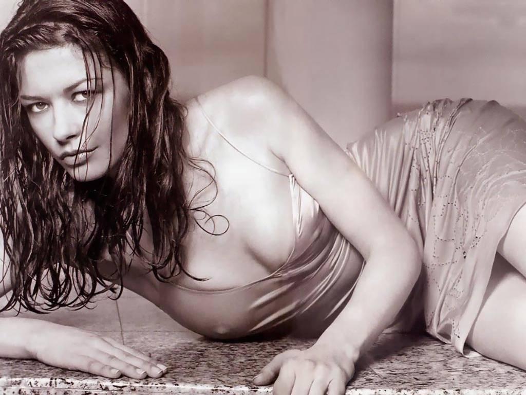 Кэтрин Зета-Джонс лежа фото Catherine Zeta-Jones photos lying