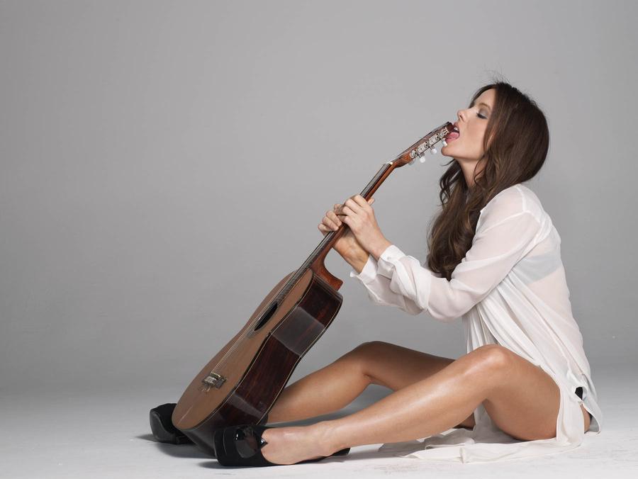 Кейт Бэкинсейл гитара язык фото Cate Beckinsale guitar tongue photo