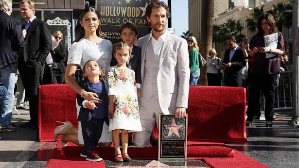 Мэттью Макконахи с семьей получил звезду на голливудской Аллее славы