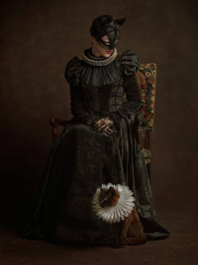 Супергерои в костюмах эпохи ренессанс Женщина кошка
