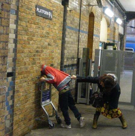 Где снимали Гарри Поттера Вокзал Кингс-Кросс инсталляция тележка