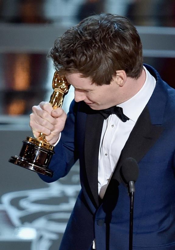 Оскар 2015 Эдди Рэдмейн получил Оскар за главную мужскую роль фильм Теория всего