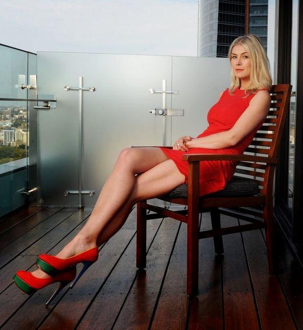 Розамунд Пайк фото платье ноги Rosamund Pike photo legs dress
