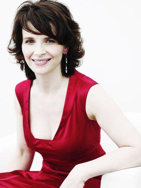 красное платье Жюльет Бинош