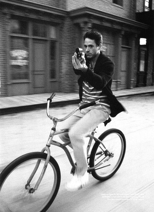 Роберт Дауни-младший велосипед пистолет фото Robert Downey Jr. photo bike gun