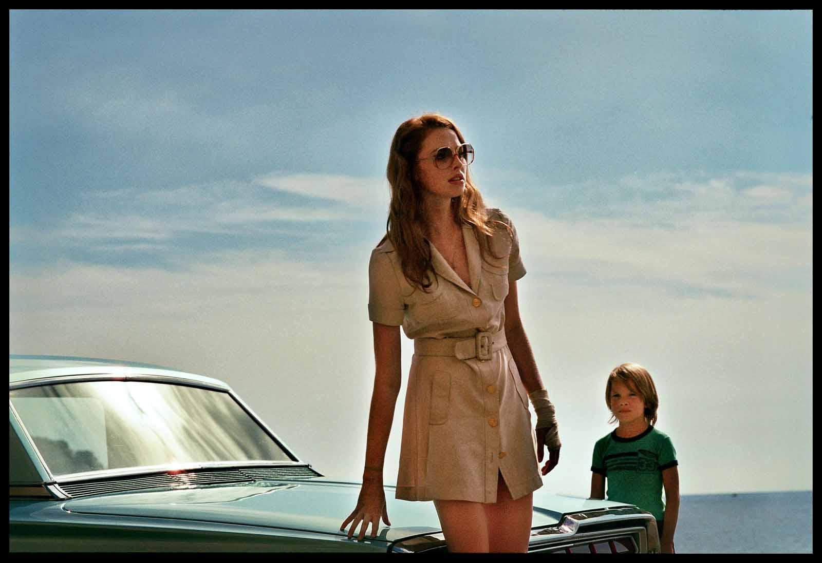 дама в очках и с ружьем в автомобиле кадр 1