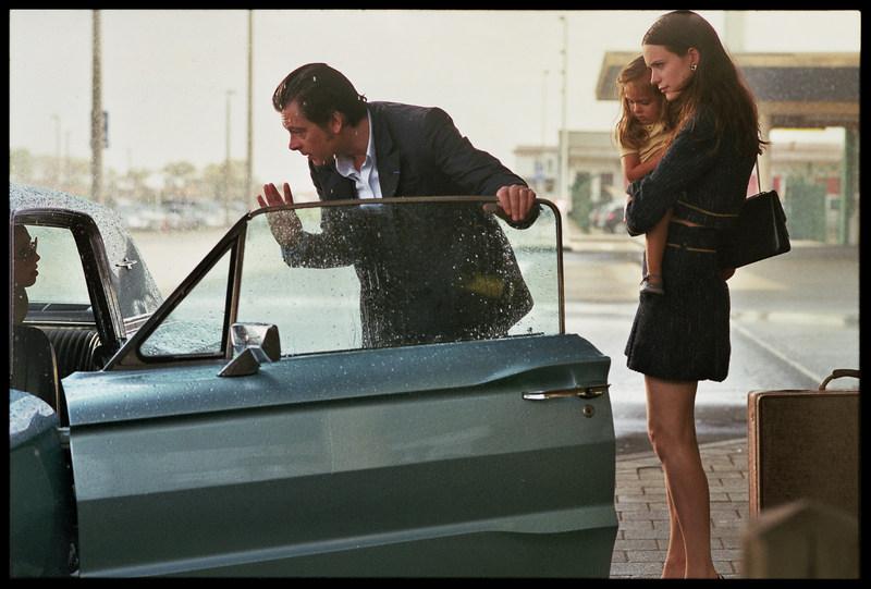дама в очках и с ружьем в автомобиле кадр 4