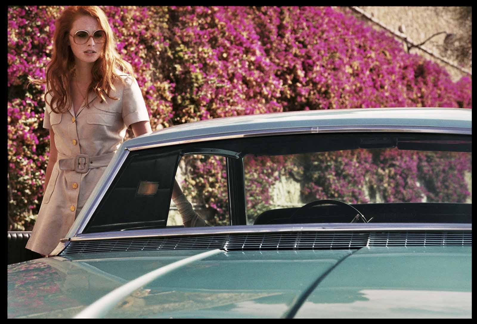 дама в очках и с ружьем в автомобиле кадр 6