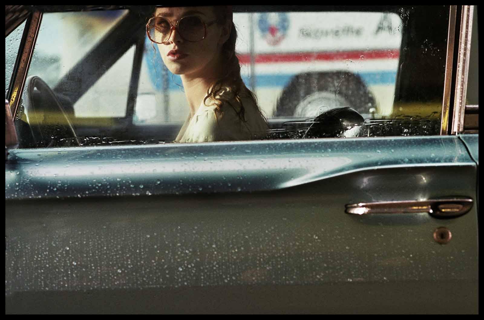 дама в очках и с ружьем в автомобиле кадр 8