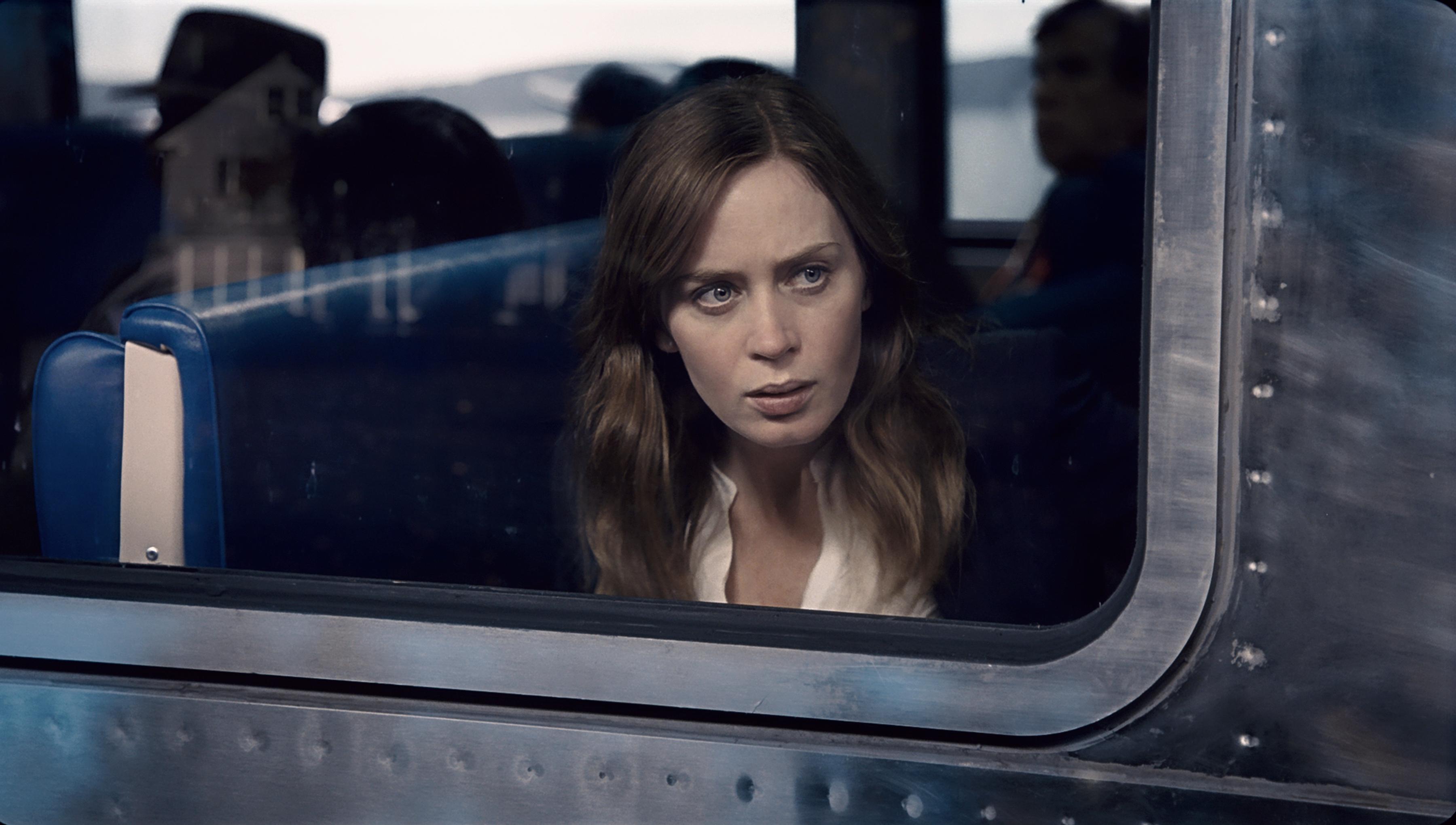 девушка в поезде кадр 7